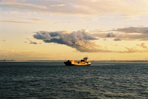 benno_kuppler_2003_norwegen_meer_wolken_abendstimmung_36_schiff.JPG
